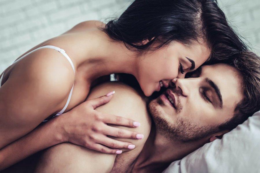 девушка лежит на парне