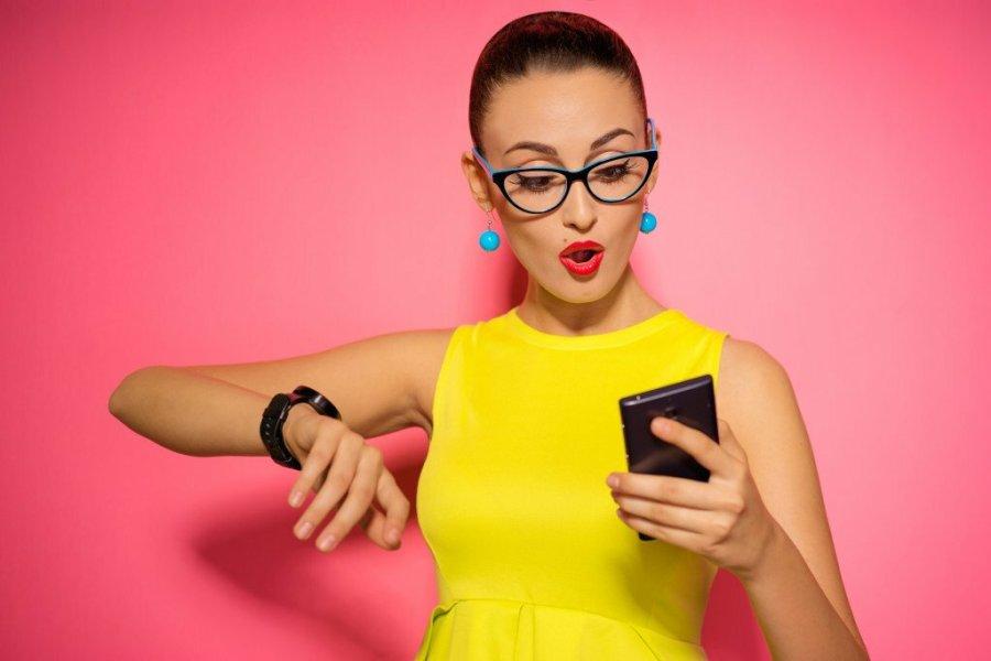 девушки ждет сообщение в телефоне