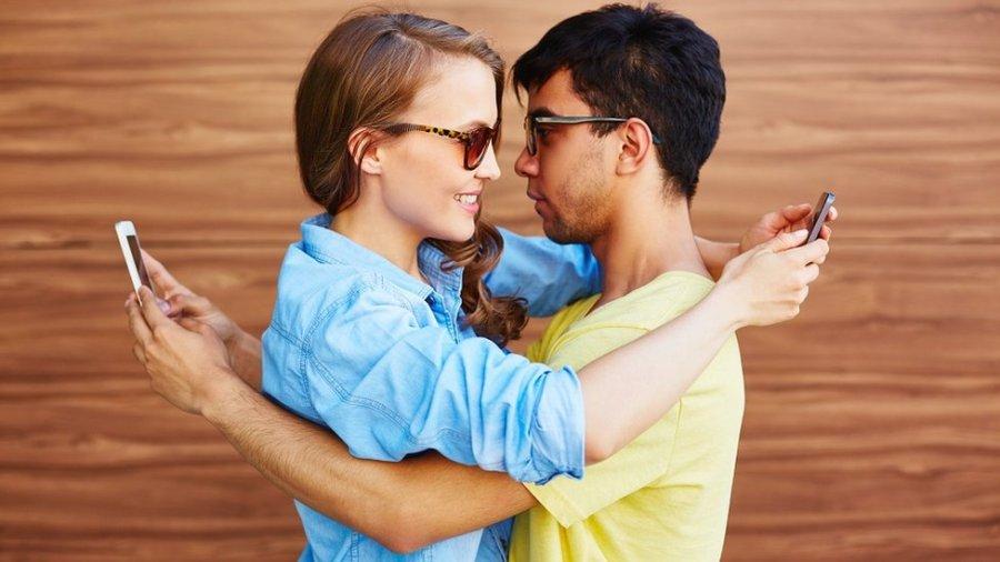 парень и девушка в телефонах
