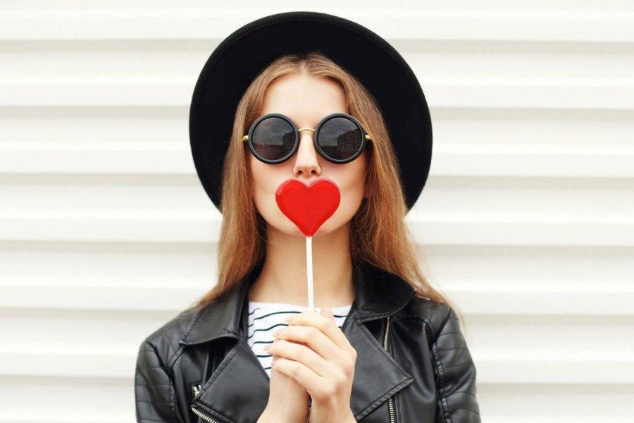 девушка держит сердечко