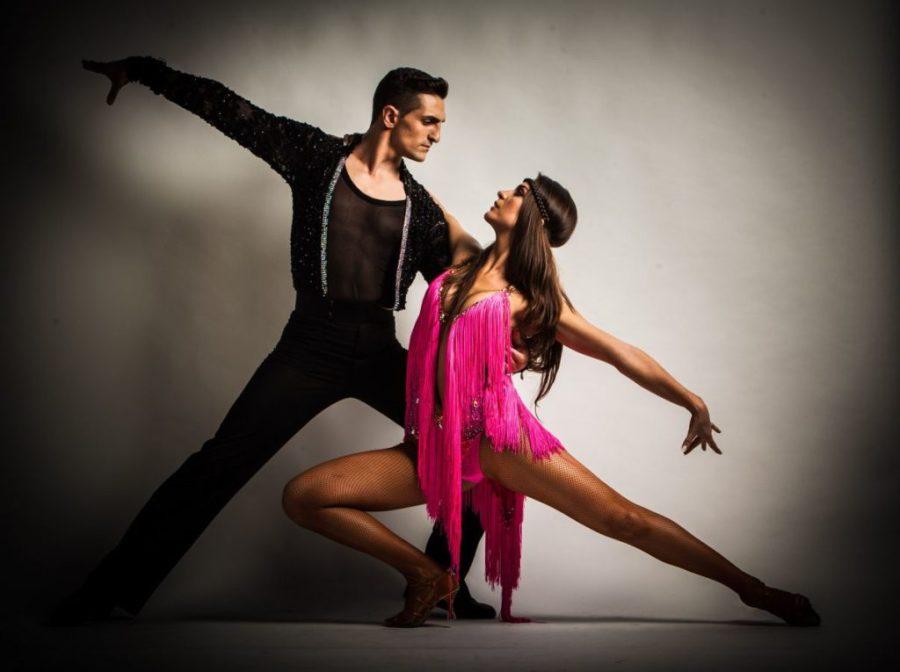 красивая пара танцует