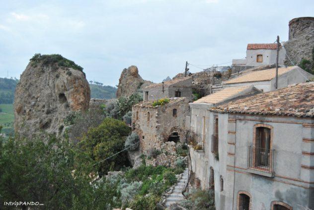 stradine e case nel borgo fantasma di Pentedattilo