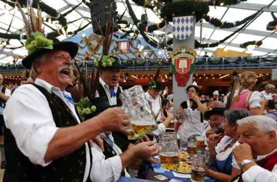 Bavaresi bevono birra all'Oktoberfest