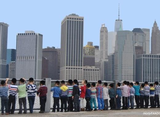 Bimbi osservano lo skyline di Manhattan