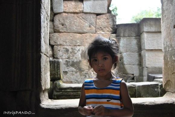 Lo sguardo di una bimba in Cambogia