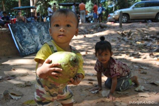 bimbi giocano per strada in Cambogia