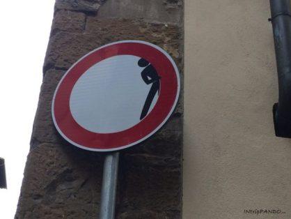 Street art su cartelli stradali a Firenze