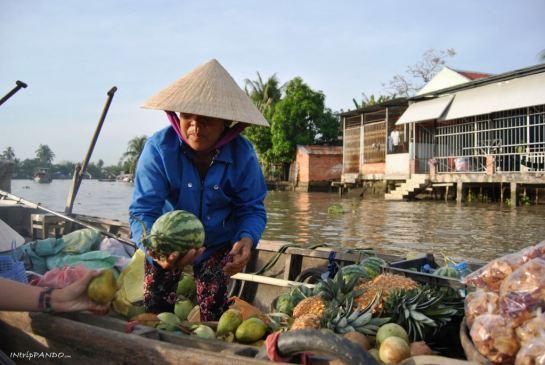 Donna vende frutta al floating market