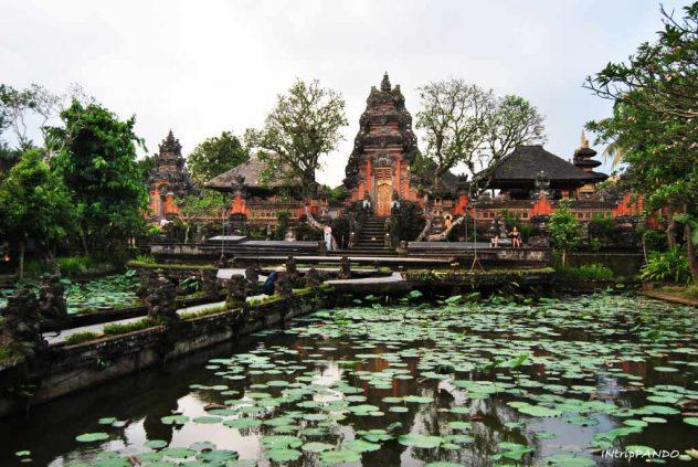 Tempio hindu davanti al Lotus Cafe di Ubud