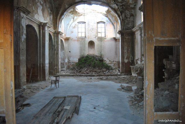 L'interno della chiesa madre del borgo fantasma di Craco