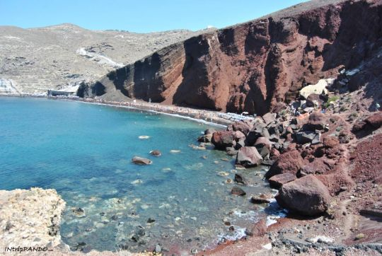 Il suggestivo panorama della Red Beach a Santorini