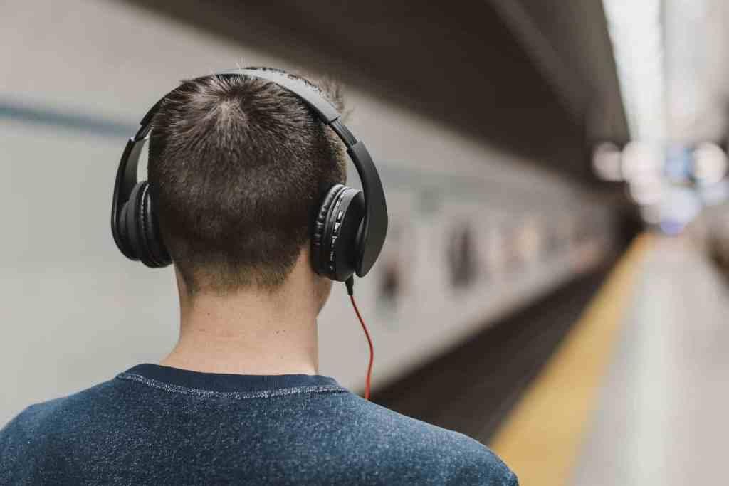 koptelefoon op in een station - wat betekent introvert