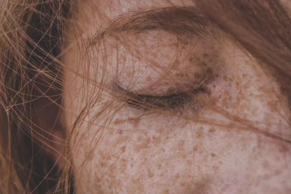 close up deel gezicht van een vrouw introvert