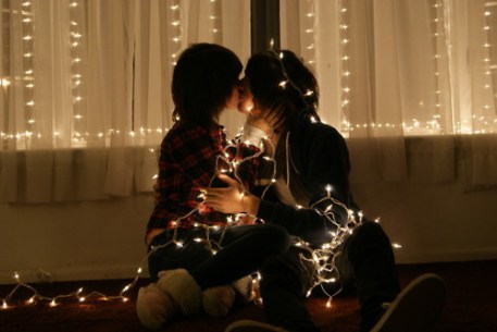 christmas-couple-cute-kiss-light-Favim.com-123882