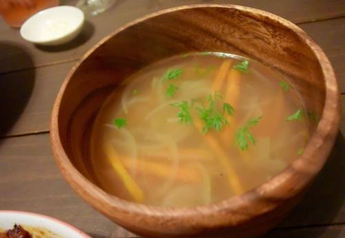 コンソメスープに人参の葉を散らして