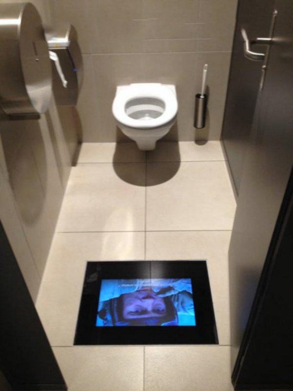 Des écrans encastrés dans le sol des toilettes des salles de cinéma