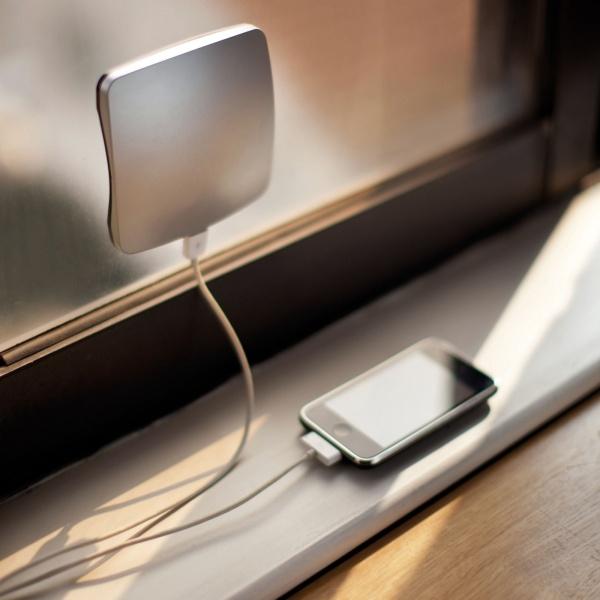 13. Un chargeur fonctionnant à l'énergie solaire