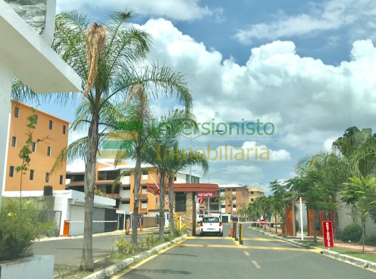Mansión con Piscina en Complejo Cerrado: Urbanización Portal