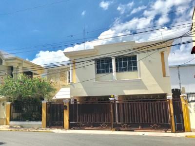 Impresionante Casa de 4 Habitaciones en Urb. Las Hortencias, Santiago