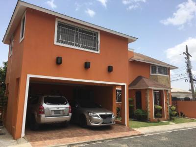 Hermosa Casa, Urbanización Dorado II, con Terraza Santiago