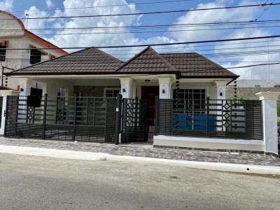 Casa Preciosa de 3 Habitaciones con Patio en Las Antillas, Santiago