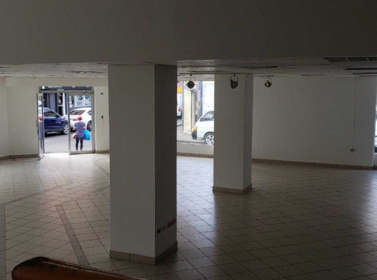 Amplio Local Comercial en Alquiler en Zona Comercial de Santiago