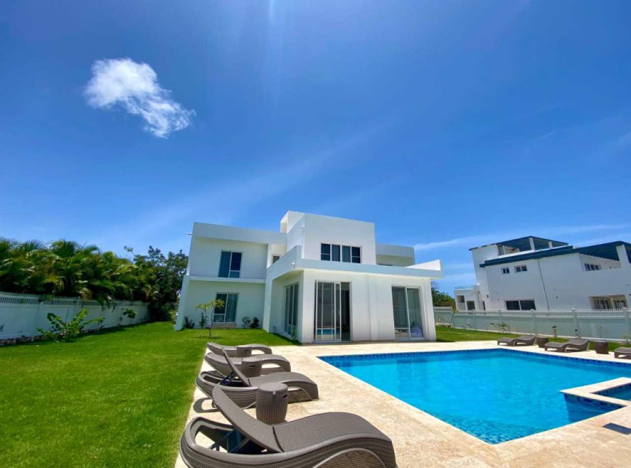 Villa Con Exquisito Diseño Moderno en Complejo Cerrado