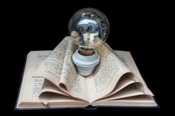 Glühbirne in Buch