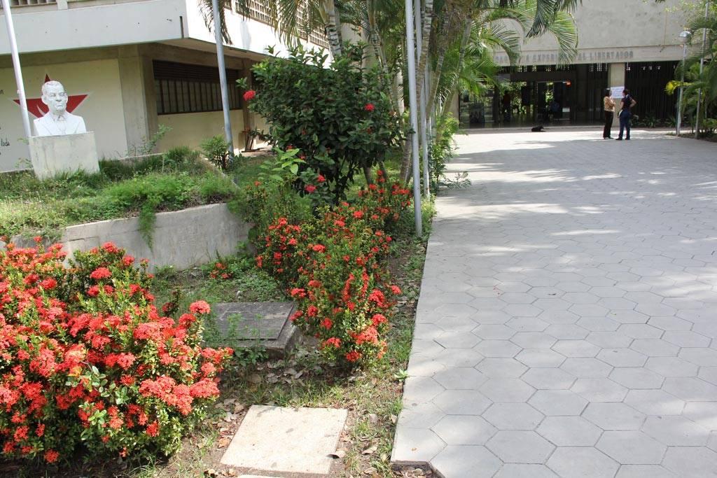 Pasillo de ingreso exterior sur  Edificio Sede de la UPEL IPB, sede Sector OESTE.  Barquisimeto, Venezuela