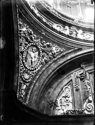 Detalle de las decoraciones de las pechinas de la bóveda realizadas en yeserías