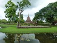 Vista de uno de los templos en trabajos de restauración en el parque de Sukhothai