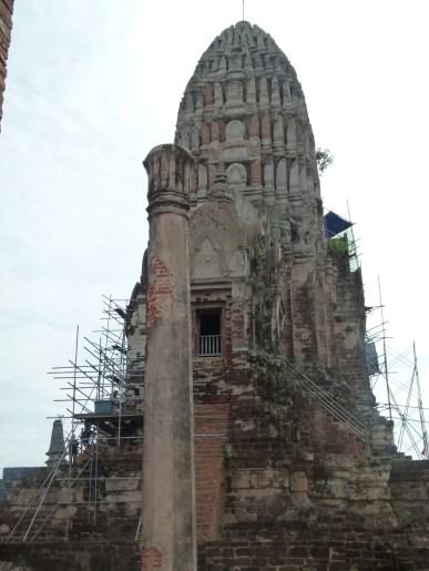 Trabajos de consolidación y reconstrucción de los estucos de la torre de Wat Ratchaburana