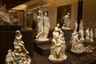 Vitrina dedicada a la Porcelana de la Fábrica del Buen Retiro. Foto @Unsereno