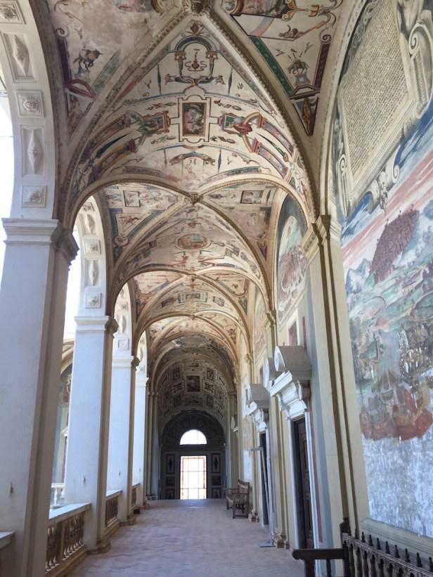 Corredor del piso superior del patio central del Palacio del Viso del Marqués.