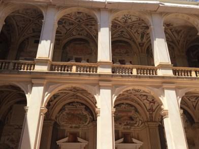 Vista de la arquitecura del piso inferior y superior del patio central del Palacio del Viso del Marqués.