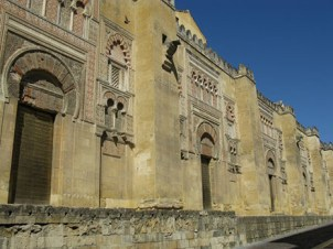 Foto Exterio de la mezquita de Córdoba en la actualidad. Foto Wikimedia Commons.