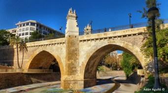 Foto actual del Puente sobre la Rambla de Elche. Wikimedia Commons.