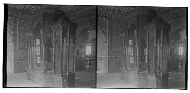 Sala árabe del Museo del Ejército con mobiliario para exponer la colección. Foto: Archivo Conde de Polentinos (IPCE)