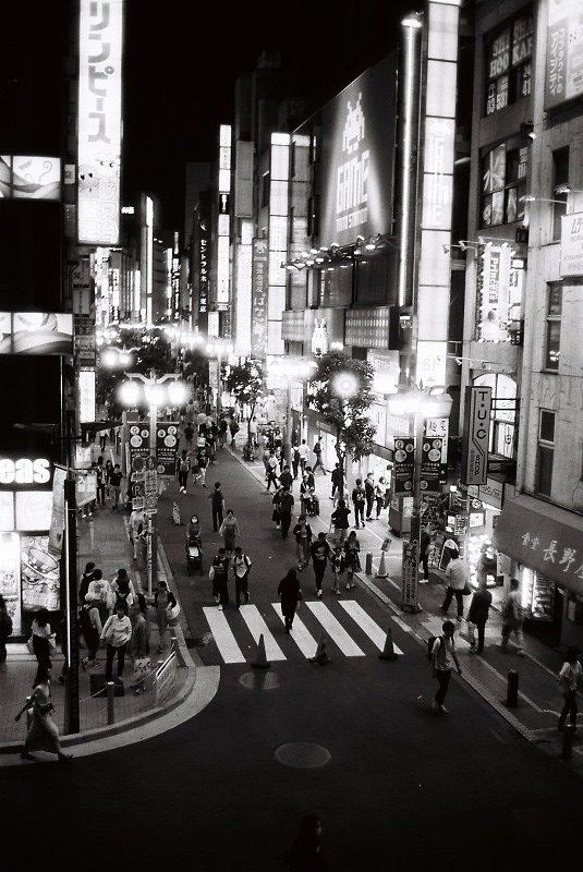 夜の街を見下ろす