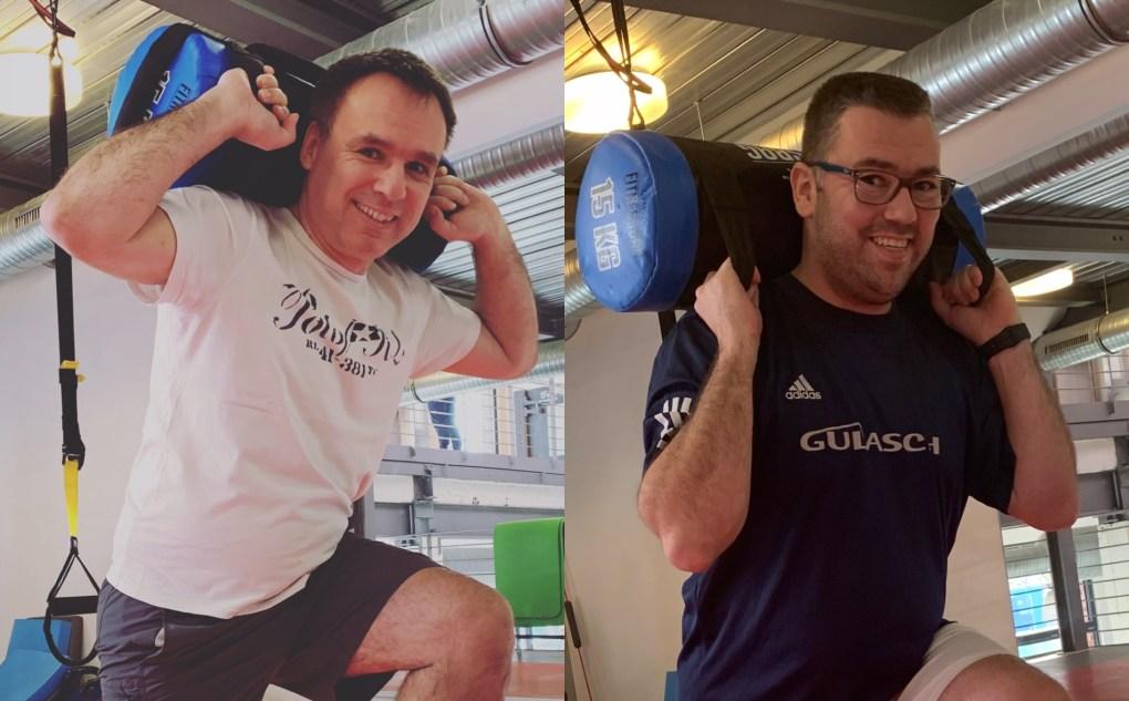 Team trainiert mit Gewichten