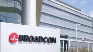 logo broadcom (AVGO) all'esterno dell'edificio degli uffici