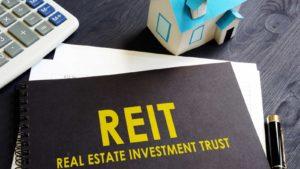 Real estate investment trust (REIT) su un taccuino nero su una scrivania in ufficio.