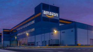 Edificio Amazon (AMZN) di notte con il logo illuminato sull'edificio
