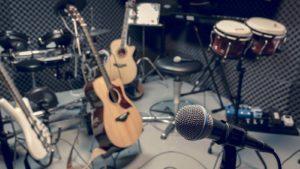 Mikrofón, bicie a niekoľko gitár sú v nahrávacom štúdiu.  hudobné akcie kúpiť