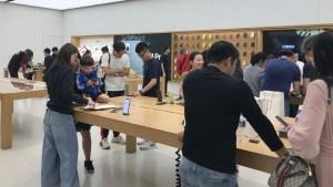 Apple澳門銀河(Apple Galaxy Macau)混雑した店内
