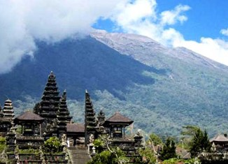 Bali tells tourists to stay despite looming volcano eruption