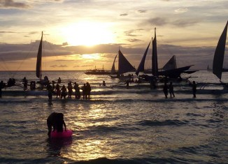 Boracay island closes for tourists for six-months clean-up