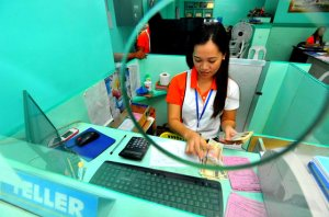 Bank-teller-in-the-Philippines