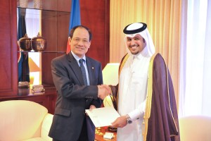 ASEAN Secretary-General Le Luong Minh (left) with the Qatari ambassador to Indonesia, Muhammad Khater Ibrahim Al Khater