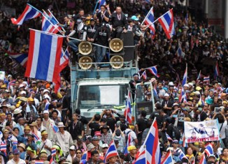 Thai protesters beleaguer government complex